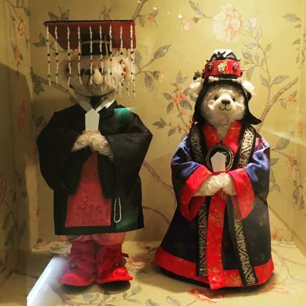 Teddy bears getting married